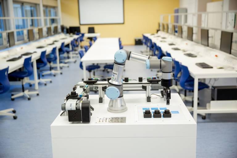 Eine der Lernstationen bei Universal Robots.