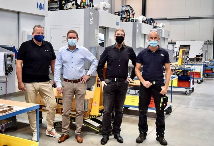 Teamwork für maximale Präzision (v.l.): Interprecise-Geschäftsführer Christian Witte, Vertriebsingenieur Michael Gumbel von EMAG sowie Daniel Braun und Adam Smuda von Interprecise.