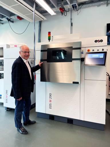 Urs W. Berner von Urma vor einer EOS M 290 – der Allrounder für 3D-gedruckte Metallbauteile. Das System mit mittlerem Bauvolumen und einem 400-Watt-Faserlaser fertigt Metallbauteile mit etablierter DMLS-Qualität.