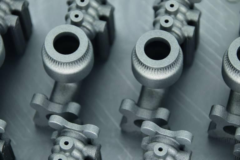 Im Metall-3D-Druck gefertigtes Ventilgehäuse mit integrierter Mischfunktion. Das Ventil vermischt fünf Medien, ein Medium wird dabei erst nach dem Mischen der ersten drei hinzugefügt.
