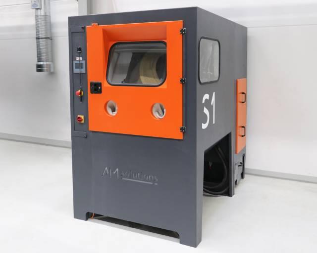 Die neue S1 von AM Solutions – 3D post processing technology für das automatisierte Entpulvern und Reinigen 3D-gedruckter Kunststoffteile sorgt bei Oechsler dafür, dass auch die Anforderungen an Reproduzier- und Nachverfolgbarkeit sowie Kosteneffizienz erfüllt werden.