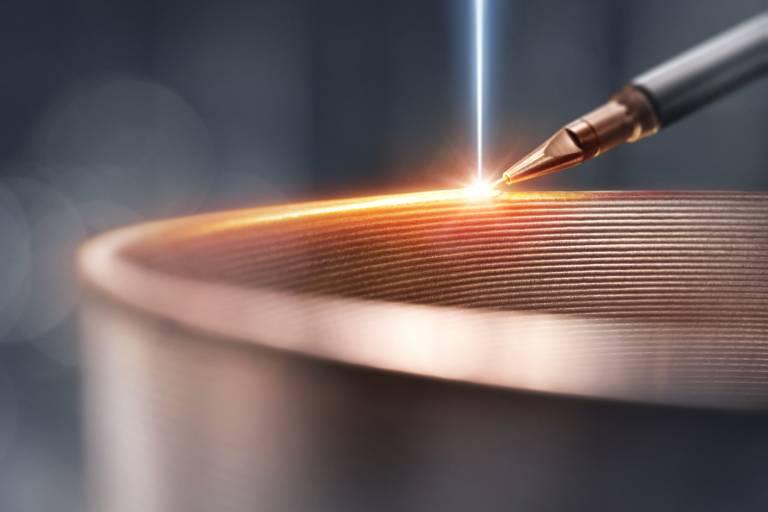 Draht als Zusatzwerkstoff beim Elektronenstrahlschweißen erlaubt eine kontrollierte Legierungseinstellung der Schweißnaht und eröffnet neue Möglichkeiten im Bereich des Reparaturschweißens.