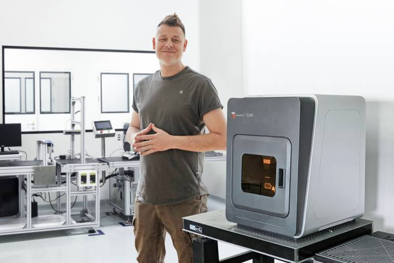 Christopher König, Gründer und CTO von Dreigeist, produziert mit dem 3D-Drucksystem von Typ microArch S140 in Nürnberg Präzisionskomponenten für Forschung und Industrie. (Bild: Dreigeist GbR)