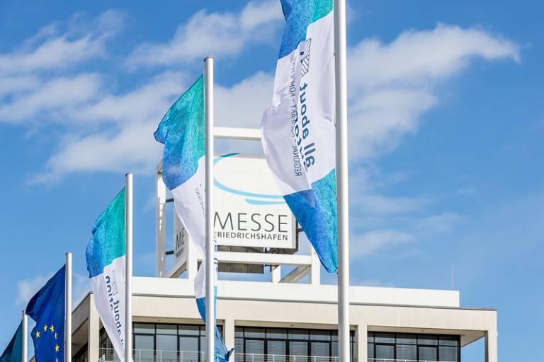 Die all about automation Fahnen wehen pandemiebedingt in diesem Jahr nicht auf dem Gelände der Messe Friedrichshafen. 2022 im März wird es wieder soweit sein.