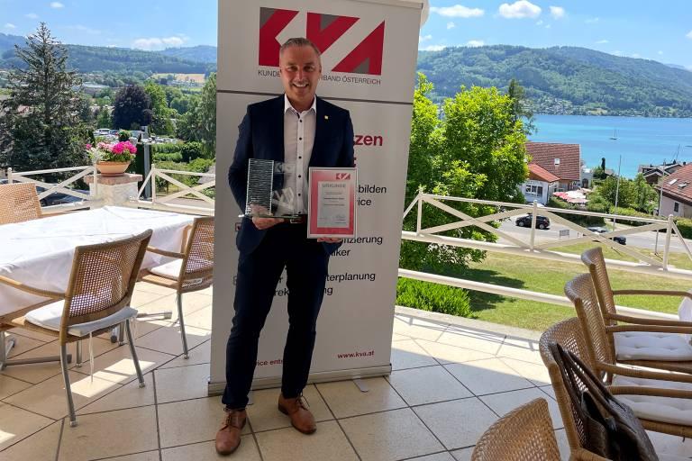 Andreas Fuchs, Serviceleiter bei Endress+Hauser, präsentiert stolz den KVA Service Award für das Jahr 2020.