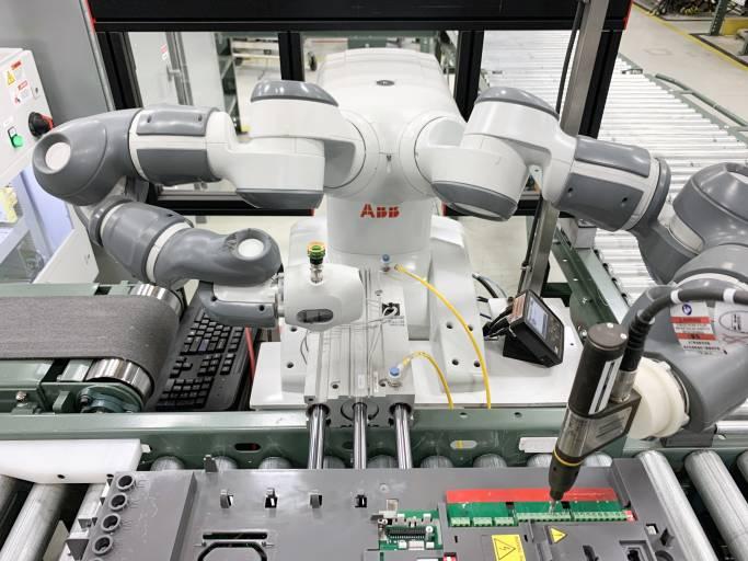 Ein in den rechten Arm des Roboters integriertes Vision-System startet den Post-Test-Prozess, indem der Barcode auf dem Frequenzumrichter gescannt wird.