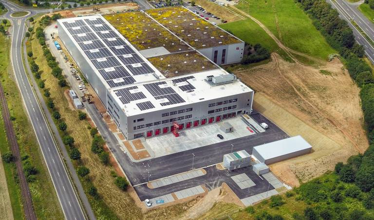 RS Components nutzt fast die gesamte Dachfläche des Erweiterungsbaus (links im Bild) für den Photovoltaik-Einsatz.