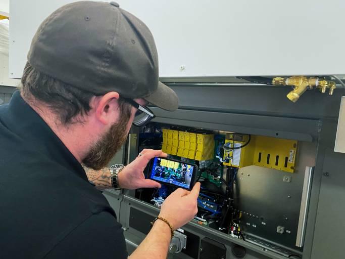 FANUC Assisted Reality, FAR, unterstützt Techniker beim Service vor Ort und auch aus der Ferne: Jeder Fanuc-Experte kann sich bei Bedarf zuschalten.