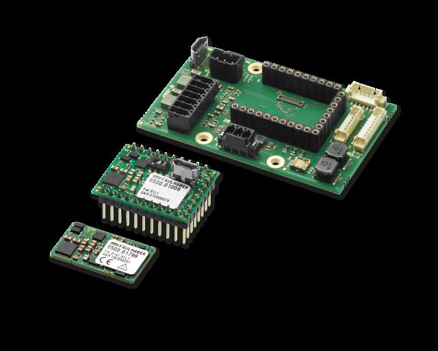 Faulhaber präsentiert zwei neue Motion Controller: MC 3001 B (Vordergrund) und MC 3001 P (Mitte). Ihnen gemeinsam ist die extreme Miniaturisierung. Im Hintergrund ist ein passendes Motherboard aus dem Starterkit abgebildet.