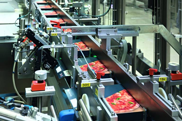 Der Pizzakartonierer verarbeitet bis zu 160 Kartons pro Minute. Prinzipiell sind auf dieser Anlage bis zu vier Pizzen pro Schachtel möglich. (Foto: P. Born)