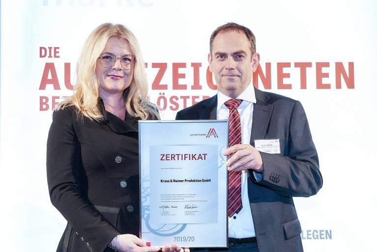 Mag. Harald  Zeller, CFO der Kraus & Naimer-Gruppe, nahm die Auszeichnung im feierlichen Ambiente des Schloss Belvedere von Mag. Monica Rintersbacher, Geschäftsführerin der Leitbetriebe Austria, entgegen.