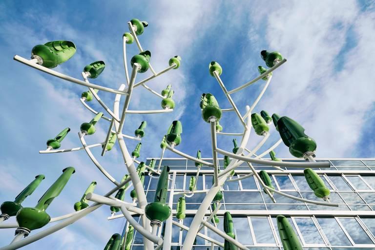 """Bei Endress+Hauser in Gerlingen erzeugt ein """"Windbaum"""" mit Mini-Turbinen grüne Energie."""