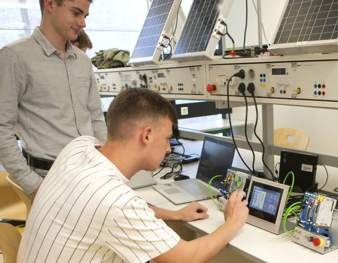 """Im Fach """"Computerunterstützte Projektentwicklung"""" arbeiten die Schülerinnen und Schüler der HTBLuVA Salzburg im Photovoltaik-Labor mit hochmoderner Automatisierungstechnik von Sigmatek."""