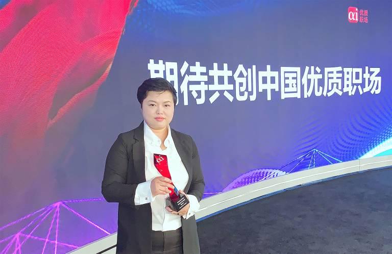 Personalleiterin Esther Hou nimmt die Auszeichnung im Namen von Turck entgegen.