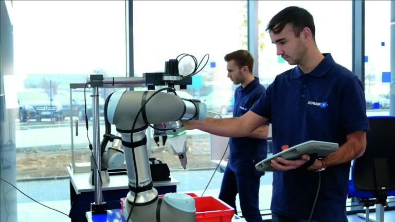 Zwölf Industrieroboter und Co-Bots unterstützen bereits heute im Applikationszentrum CoLab bei der Erarbeitung konkreter Automatisierungslösungen. Bild: Schunk
