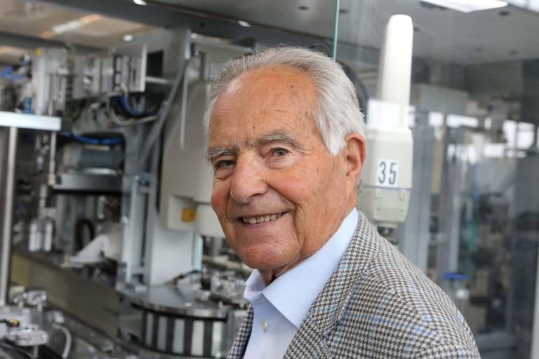 Dipl.-Ing. Dr. h.c. Kurt Stoll wurde in den frühen 1950er Jahren in Nordamerika auf die Pneumatik aufmerksam und brachte diese Technologie nach Deutschland mit.