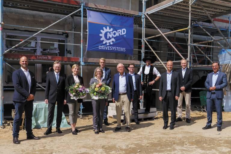 Alles im Plan: Projektbeteiligte und Verantwortliche von Nord Drivesystems feierten mit dem Richtfest einen erfolgreichen Bauabschnitt am dynamisch wachsenden Unternehmensstammsitz