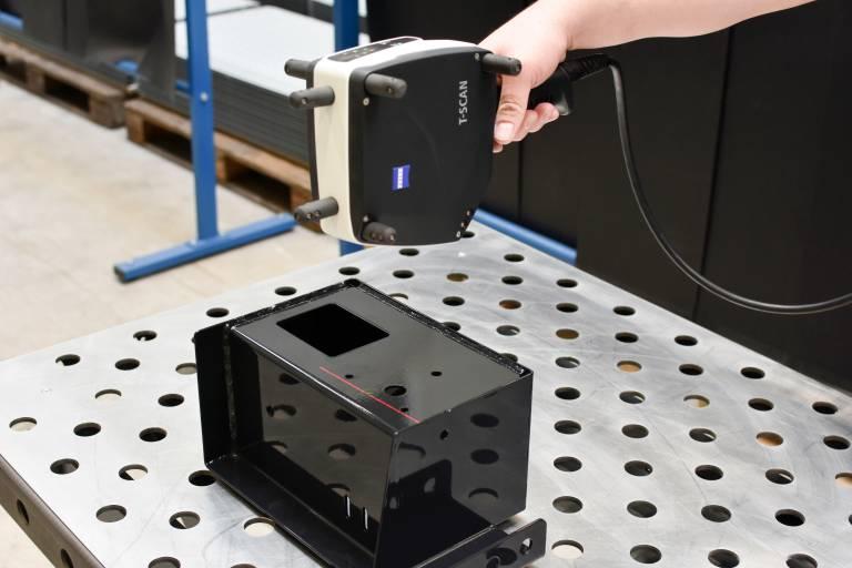 Mit dem handgeführten 3D-Scanner scannt der QS-Mitarbeiter die Oberfläche des Prüflings ab. Die Laser-Triangulation macht die Messung unabhängig von der Oberflächenbeschaffenheit. (Bilder: x-technik)