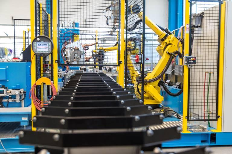 Halb- und vollautomatische Zuführung des Hauptproduktes und der Kleinteile sowie die nachgeschaltete Ablage und Palettierung der Fertigteile sind fester Bestandteil einer komplexen Gesamtlösung. (Bilder: Dalex)