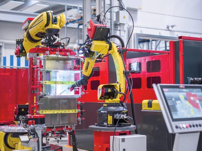 Handling-to-Welding Schweißzelle: der Handling-Roboter bringt die Werkstücke in Position, der zweite Roboter schweißt. (Bilder: Fronius International)