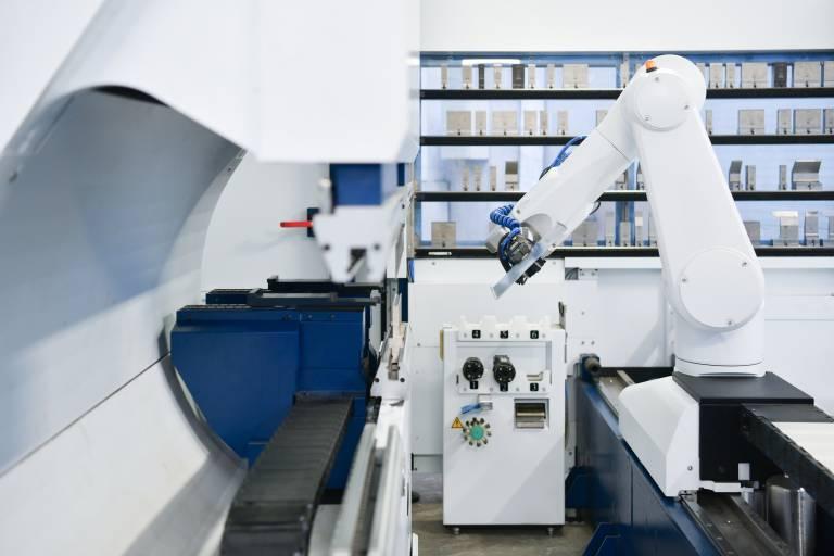 Bearbeitungsvorgang der TruBend Cell 7000: Der BendMaster übernimmt Teile für die Bearbeitung vom LoadMaster und kantet diese entsprechend den vorgegebenen Maßanforderungen.