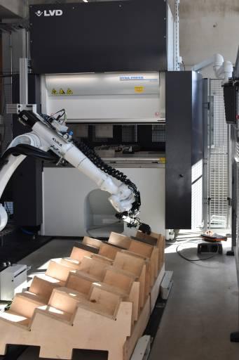 Kernstück der Blechbearbeitung am neuen Standort von Schilder Systeme ist eine über Schachermayer bezogene Hochgeschwindigkeits-Biegezelle Dyna-Cell von LVD mit nur 5 x 5 m Stellfläche. (Bilder: x-technik)