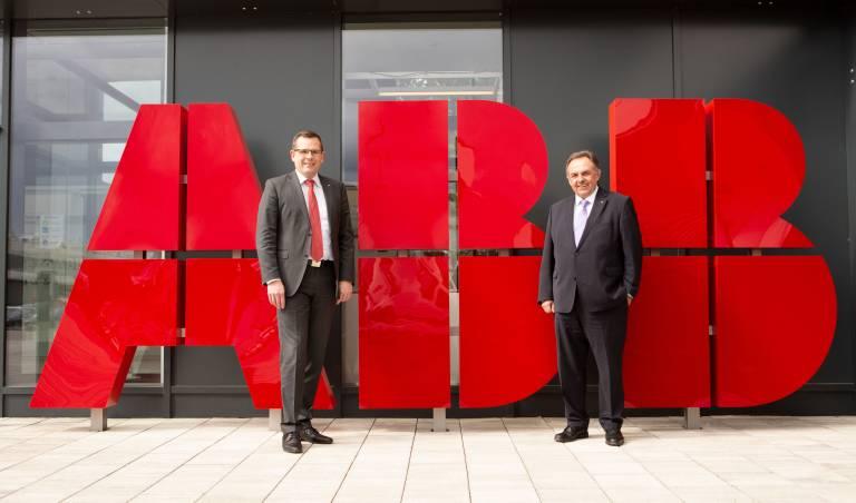 Der langjährige ABB-Manager Martin Kohlmaier (links) übernahm mit 1. Mai 2021 die Leitung von ABB Österreich und löst damit Franz Chalupecky ab.