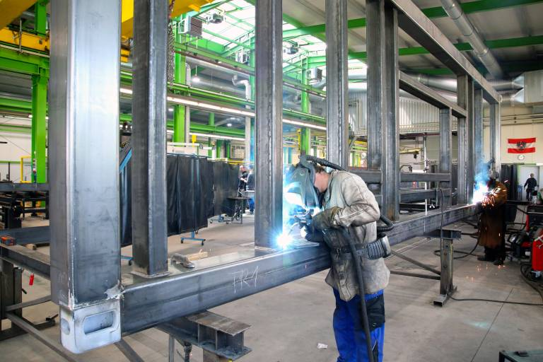 Das Schweißen zählt zu den Kernkompetenzen von Hörmanseder Stahlbau. (Bilder: x-technik)