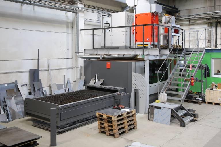 Seit Februar überzeugt die BySmart Fiber bei Spezialmaschinenbau Korntheuer auf ganzer Linie. Aus platztechnischen Gründen wurden der Resonator sowie die Absaugung auf ein Portal über der Maschine platziert. (Bilder: x-technik)