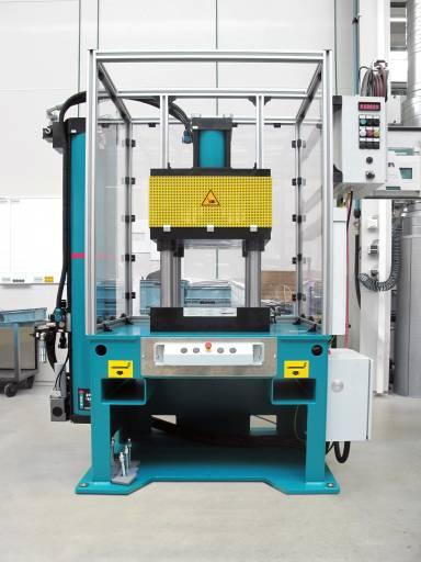 Die TOX-4-Säulen-Presse MAG besitzt eine Presskraft von bis zu 520 kN. (Bilder: TOX Pressotechnik)