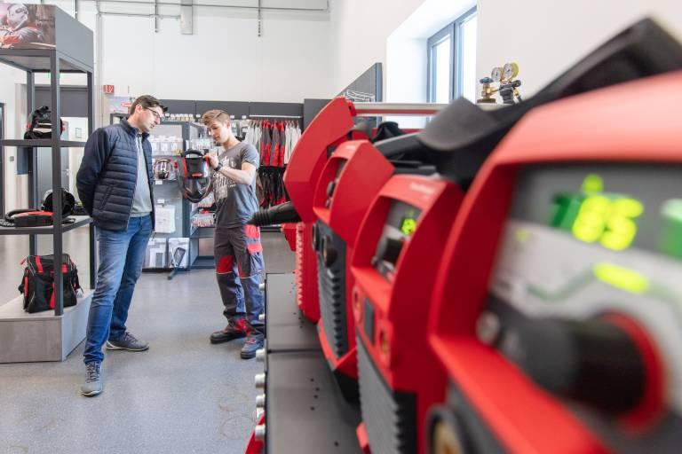 Beratung aus erster Hand: Techniker haben auf alle Fragen rund um die Fronius-Produktpalette die passende Antwort. (Bild: Fronius International)