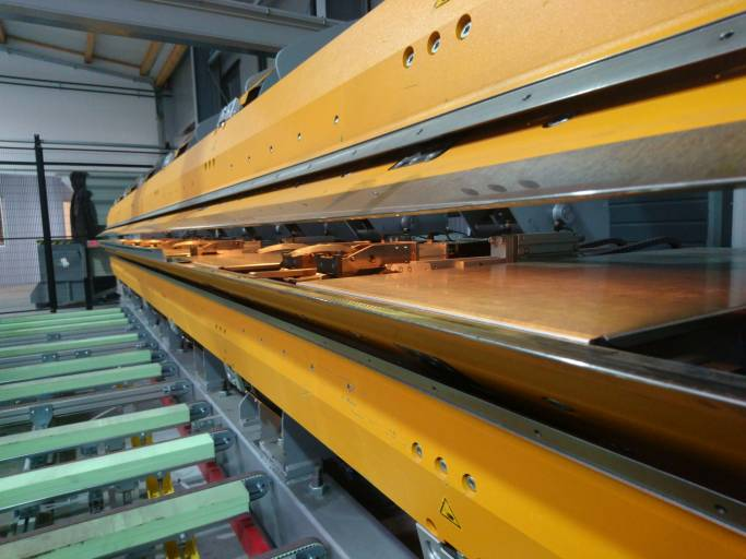Effizientere Prozesse für die Herstellung von Metallprofilen: Das Projekt hat ein wissensbasiertes sowie regelgesteuertes System konzipiert und einen Prototyp entwickelt, der anhand einer modernen Produktionsmaschine getestet wurde.  (Bild: FH St. Pölten / Bernhard Girsule)