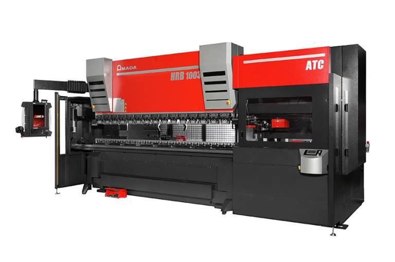 Mit der HRB-ATC bietet Amada eine Abkantpresse mit der ATC-Technologie für die Mittelklasse. Durch den Einsatz des  Automatic Tool Changer kann die Rüstzeit im Vergleich zum manuellen Rüsten durch einen Bediener um bis zu 80 % reduziert werden.