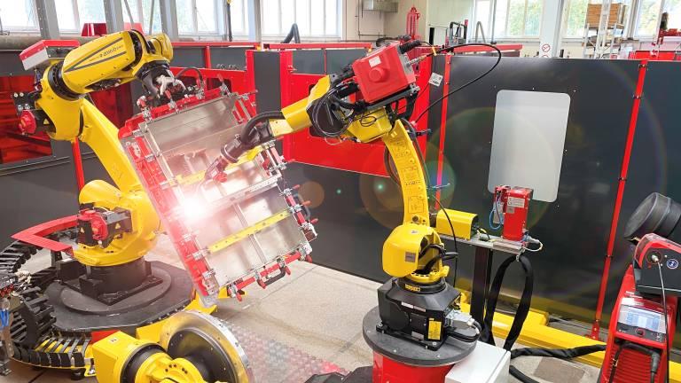 Handling to Welding: Bei der HTW-Roboterschweißzelle bringt der Handling-Roboter die Werkstücke in Position, der zweite Roboter schweißt. (Bilder: Fronius)