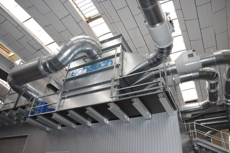 Ein Filter mit Anschlussleitungen für mehrere Schweißhallenbereiche: Durch hocheffiziente Scheuch Ligno-Filter werden mehr als 99 Prozent der Staubemissionen im Filter abgeschieden.