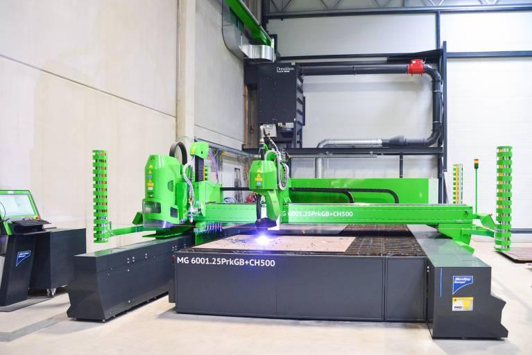 Summer Metalltechnik entschied sich für eine flexible Plasmaschneidanlage der Baureihe MG. Das System verfügt über eine Netto-Bearbeitungsfläche von 6.000 x 2.500 mm und ist mit einem Plasmarotator, einem Autogenbrenner sowie einer Bohreinheit ausgestattet.