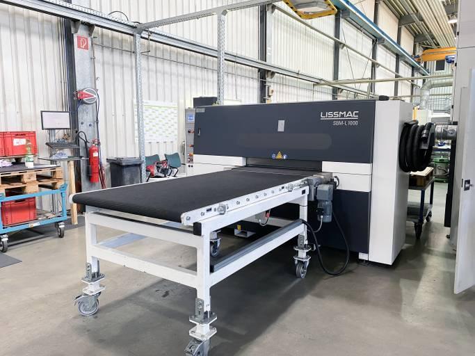 Die SBM-L erspart ein kostenintensives Wenden der Werkstücke beziehungsweise ein mehrmaliges Bearbeiten der Teile. (Bilder: Lissmac)