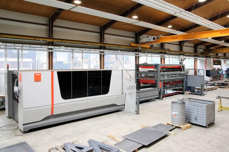 Seit Anfang des Jahres übernimmt den Blechzuschnitt bei Paul Ott die neue Faserlaserschneidmaschine von Bystronic. Gleich dahinter wurde die neue Abkantpresse platziert (Bilder: x-technik)