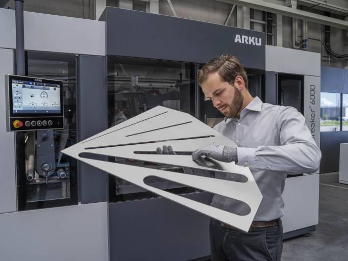 Entgraten, Kantenverrunden und Oberflächenfinish – der EdgeBreaker® 6000 von Arku bietet alles in einer Maschine.