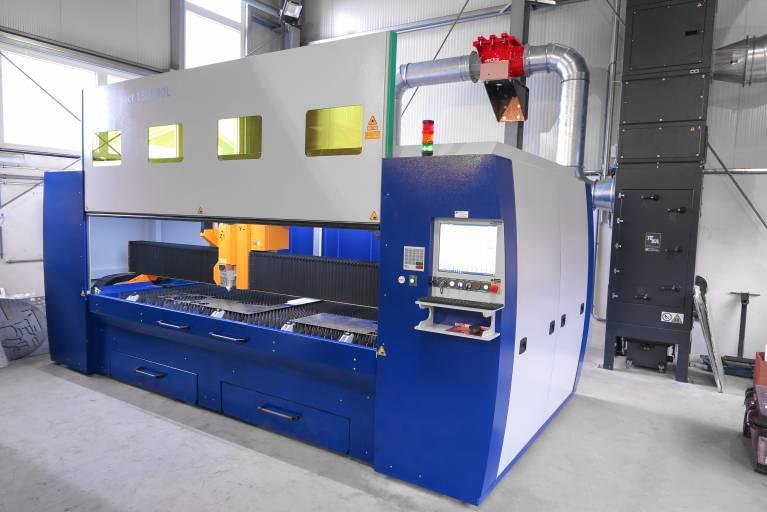 Die Neuschmid Christian GmbH entschied sich für eine Ausführung mit einer Bearbeitungsfläche von 1.500 x 3.000 mm. Der herausziehbare Schneidtisch ermöglicht eine unkomplizierte und schnelle Be- und Entladung.