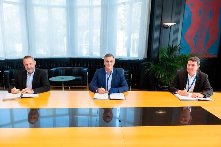 V.l.n.r.: Schuler-Geschäftsführer Frank Klingemann, Michael Menneking, CEO der thyssenkrupp Automation Engineering, und Adrian Ludi, Geschäftsführer der Andritz Soutec AG. (Bild: Schuler)
