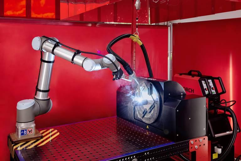 Erfolgreiches Duo: Das Lorch Cobot Welding Package in Kombination mit dem neuen Dreh-Kipptisch Cobot Turn 100 A.
