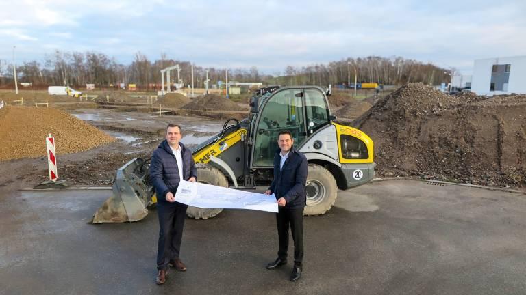 Kurz vor Jahresende ist der Spatenstich für das neue MicroStep CompetenceCenter Nord erfolgt. Geschäftsführer Johannes Ried (rechts) und Matthias Hutzler, Leiter der Niederlassung, freuen sich über den Baubeginn. Im Herbst 2021 soll der Gebäudekomplex eingeweiht werden. © MicroStep Europa GmbH