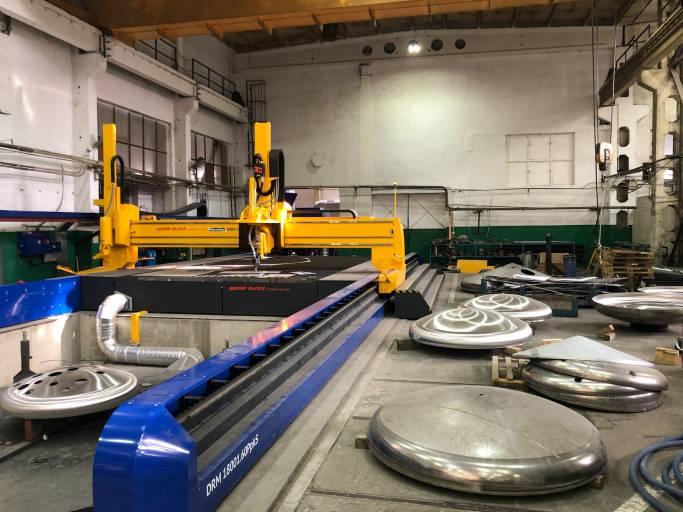 Das Blech-Behälterbodenschneidcenter der Baureihe DRM bei der Firma Schwarte ermöglicht am polnischen Standort die flexible 3D-Bearbeitung von Flachmaterial sowie diversen Behälterbödenformen.