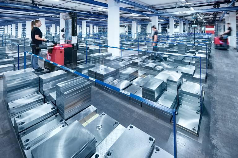 Durch die weitreichenden Lagermöglichkeiten kann Meusburger eine hohe Lieferverfügbarkeit garantieren.