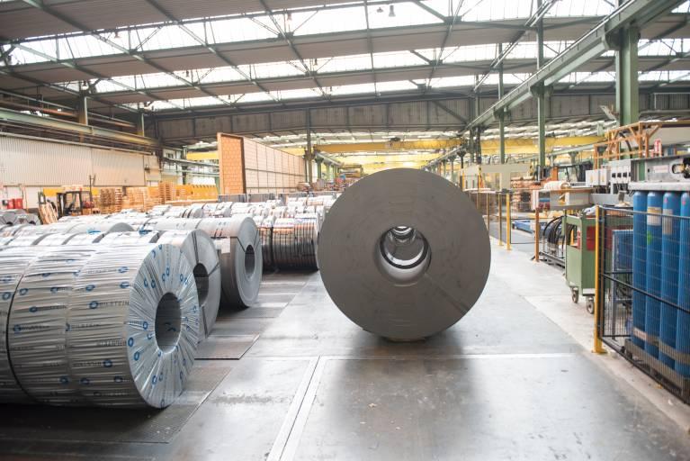 Um die Qualität der Produkte sicherzustellen, genießt ihr Schutz oberste Priorität. Insbesondere der Korrosion der Materialien durch äußere Einflüsse selbst bei der Lagerung in Hallen entgegenzuwirken, spielt dabei eine wichtige Rolle.