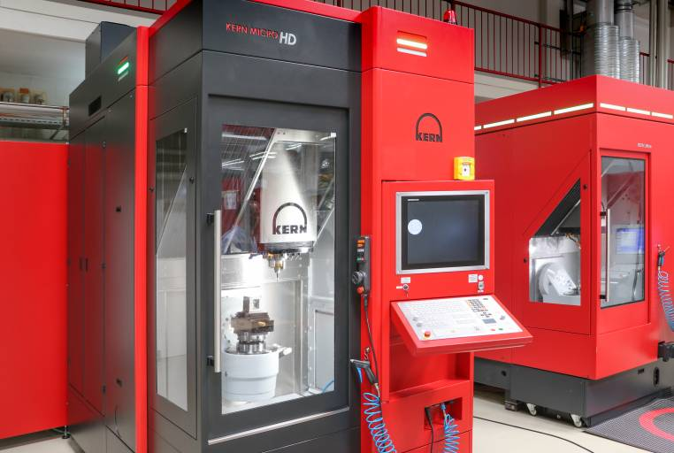 Kern beweist hohe Innovationsfähigkeit: Auf Basis intensiver Grundlagenforschung wurde die hochgenaue Bearbeitung von technischer Keramik um ein Vielfaches produktiver. Die Kern Micro HD wurde inzwischen in unterschiedlichen Branchen etabliert.