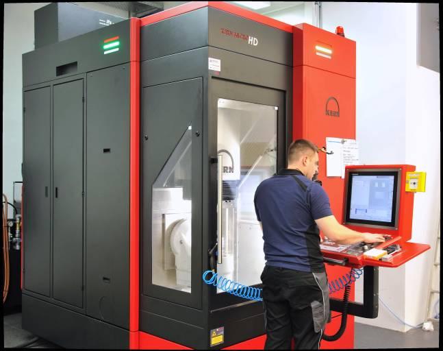Die Kern Micro HD im Einsatz bei der Cemec Intelligente Mechanik GmbH. Auf geringer Stellfläche vereint das 5-Achs-Bearbeitungszentrum höchste Präzision und Effizienz.  (Alle Bilder: Kern Microtechnik)