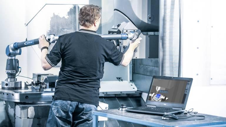 In Tebis wird die reale Bearbeitungssituation virtuell exakt dargestellt. Dazu werden alle Eigenschaften der Maschine präzise vermessen und in das CAM-System transferiert.