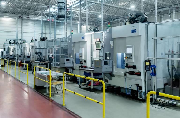 Der Produktionsprozess bei der MAT Machining Europe GmbH rund um das Ausgleichsgetriebegehäuse ist beeindruckend: Das Unternehmen verfügt insgesamt über fünf große Produktionslinien mit jeweils sieben Emag-Maschinen, die per TrackMotion von Emag verkettet sind.